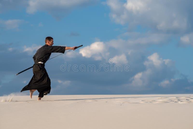 Homme expressif pratiquant l'art martial japonais image libre de droits
