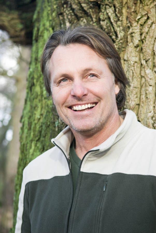 Homme extérieur de sourire heureux photos libres de droits