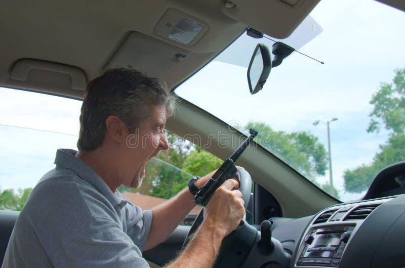 Homme extrême de rage de route avec une arme à feu images stock