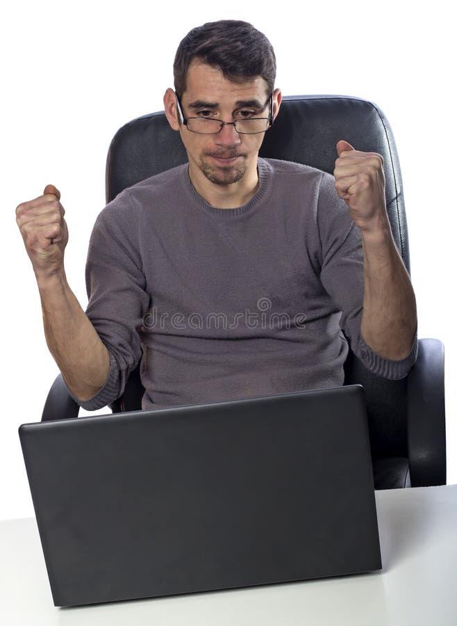 Homme fâché ayant le problème avec son ordinateur portable image libre de droits