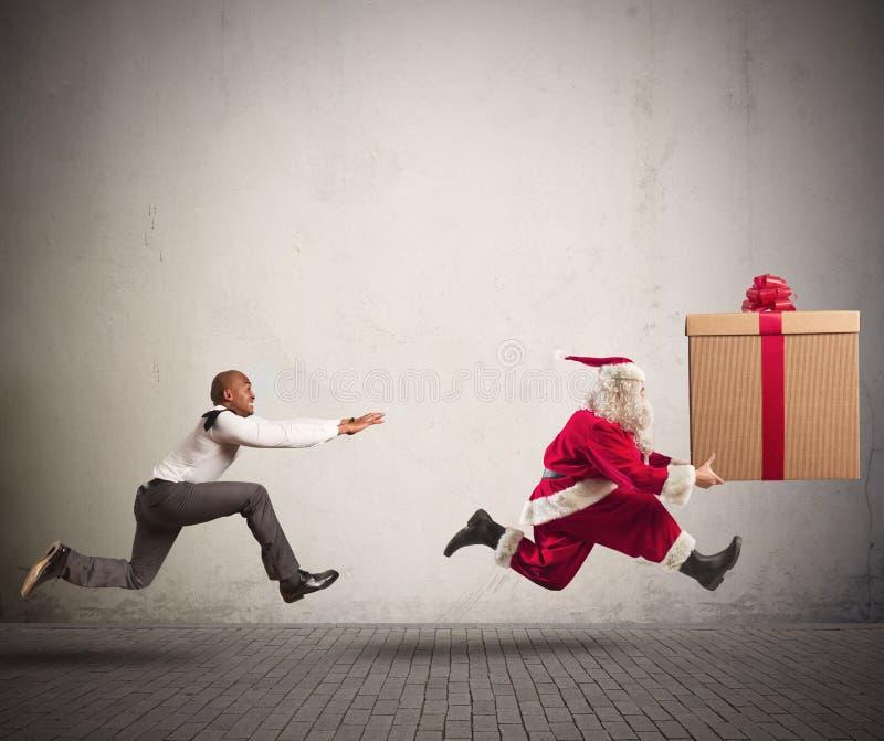 Homme fâché chassant Santa Claus photo libre de droits