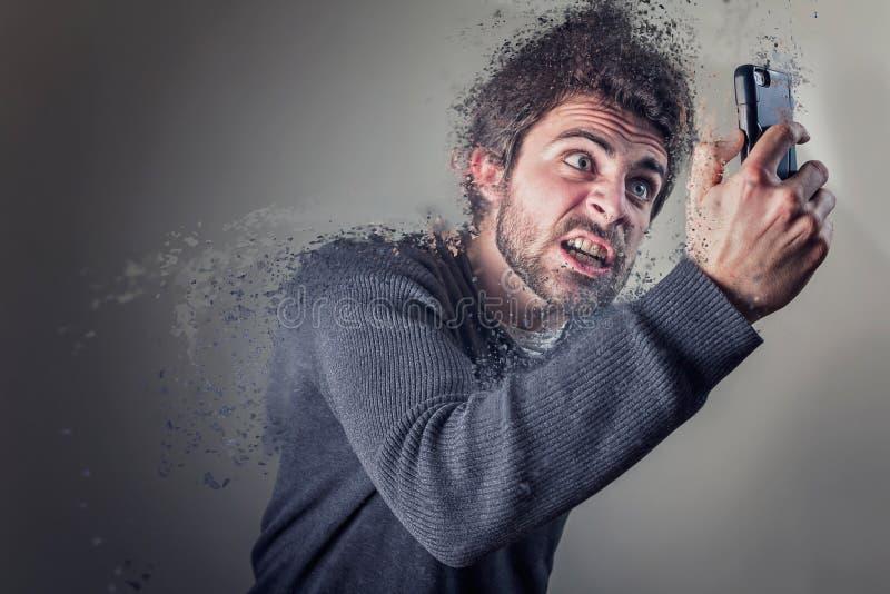 Homme fâché contre le téléphone photos stock