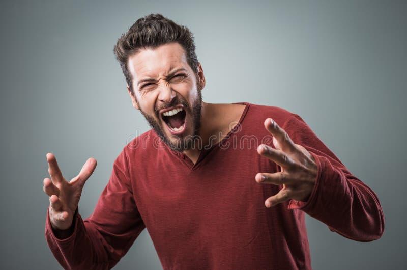 Homme fâché criant fort images stock