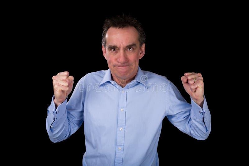 Homme fâché d'affaires secouant des poings dans la frustration image libre de droits