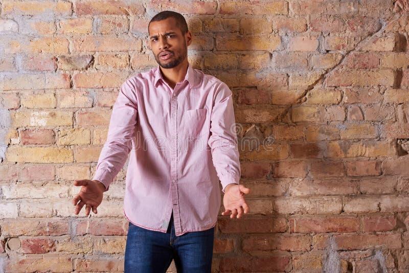 Homme fâché dans une chemise rose images libres de droits