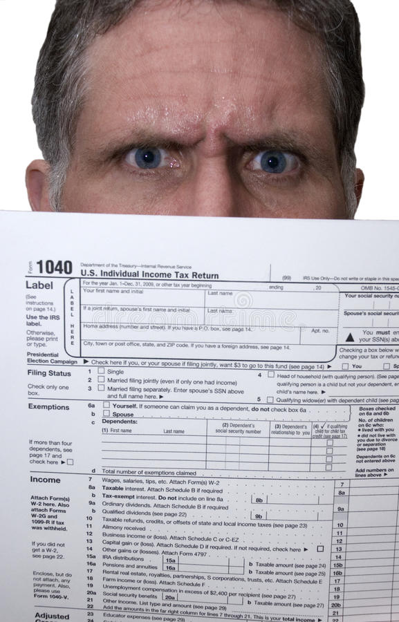 Homme fâché de déclaration de l'impôt 1040 photos stock
