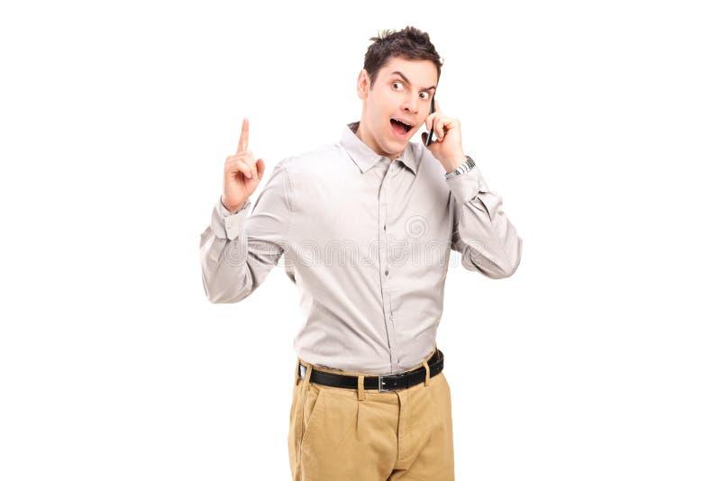 Homme fâché parlant d'un téléphone portable image libre de droits
