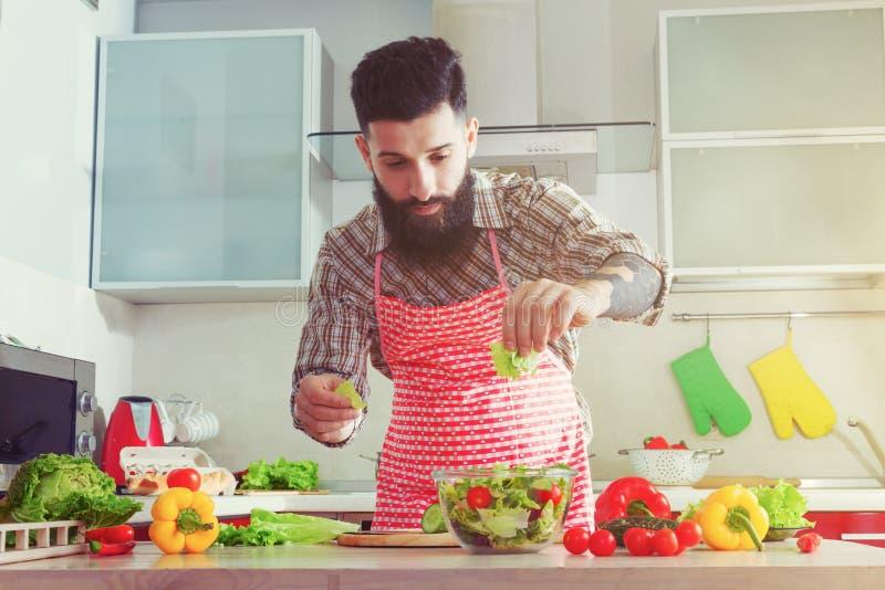 homme faisant cuire à la cuisine faisant le légume sain photo stock