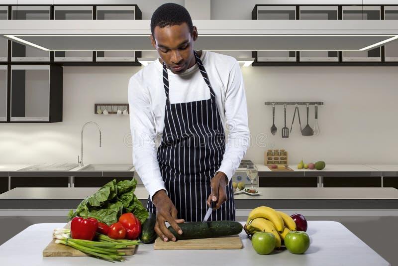 Homme faisant cuire à une cuisine domestique image libre de droits