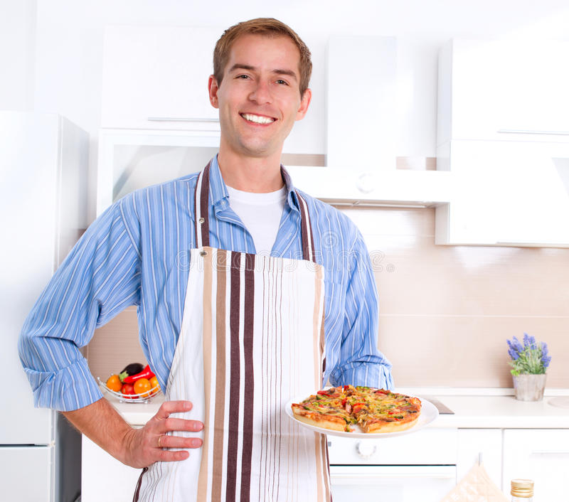 Homme faisant cuire la pizza