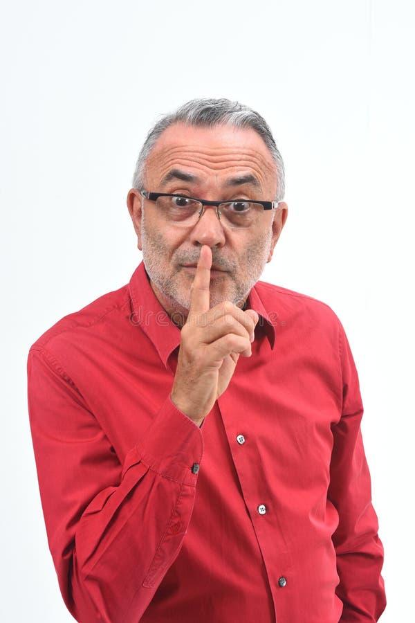 Homme faisant dans le silence silencieux avec des doigts photographie stock libre de droits
