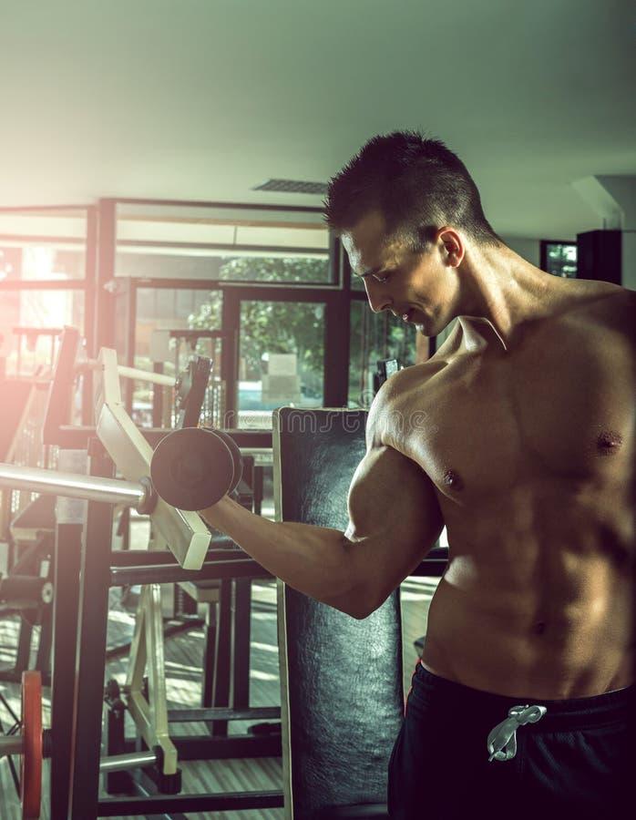 Homme faisant des boucles de biceps photos libres de droits