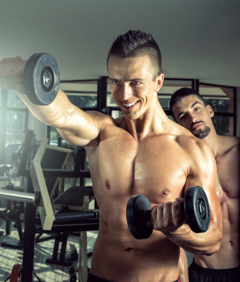 Homme faisant des boucles de biceps images libres de droits