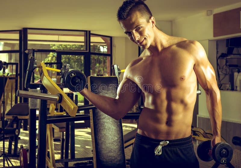 Homme faisant des boucles de biceps image libre de droits