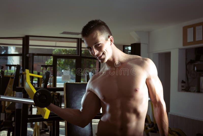 Homme faisant des boucles de biceps photographie stock libre de droits