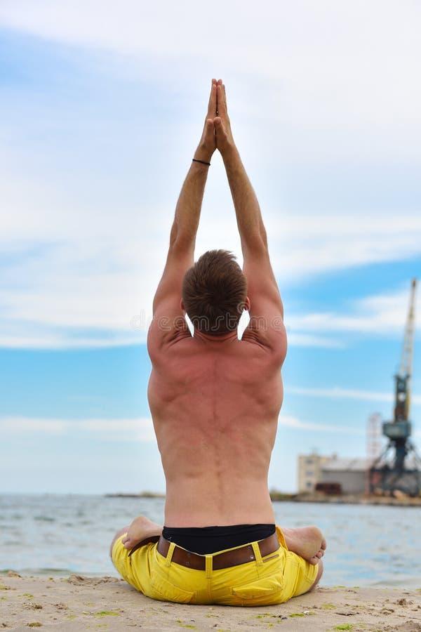 Homme faisant des exercices de yoga photos libres de droits