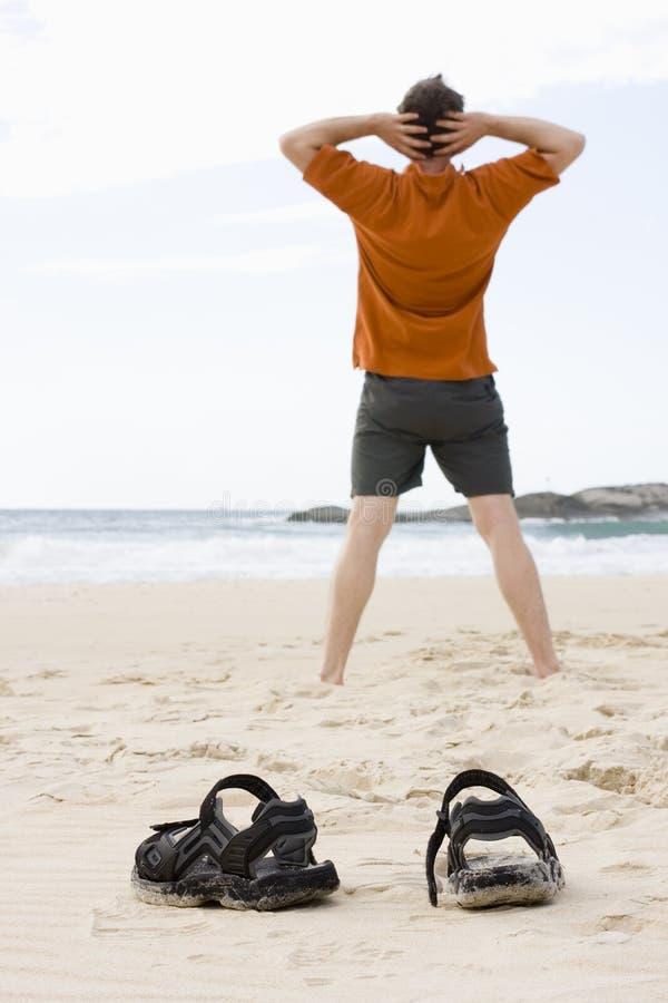 Homme faisant des exercices sur la plage photos libres de droits