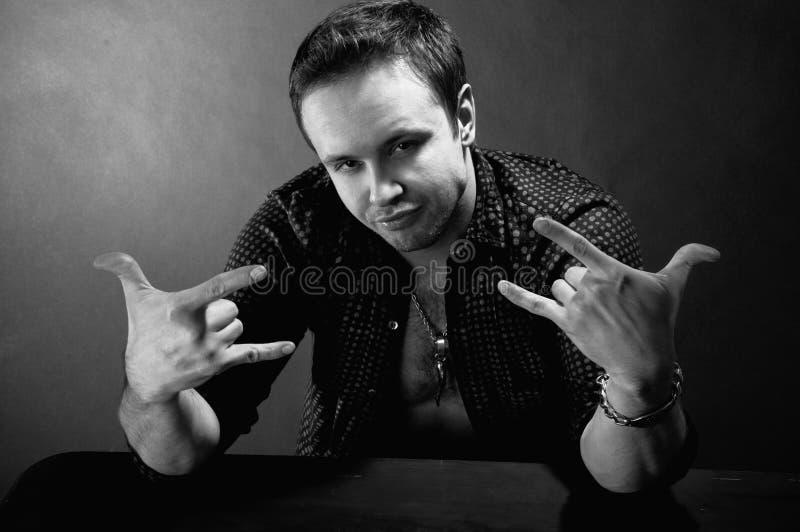 Homme faisant des gestes de main image stock