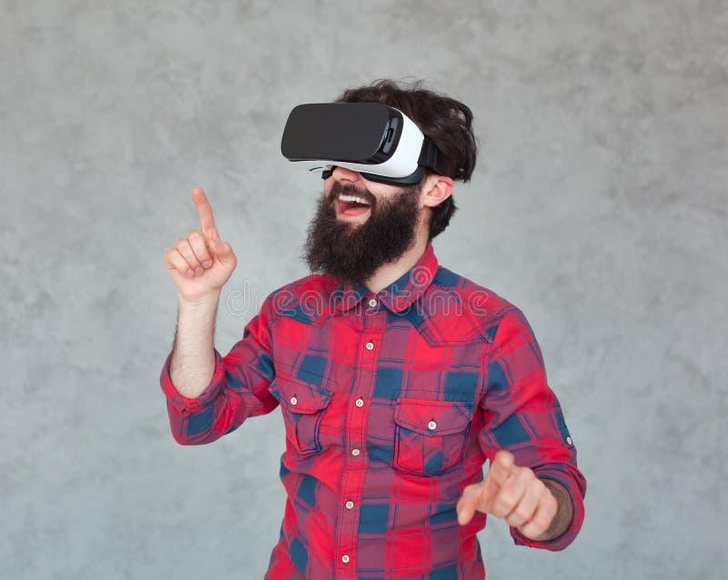 Homme faisant des gestes heureux dans le casque de VR image stock