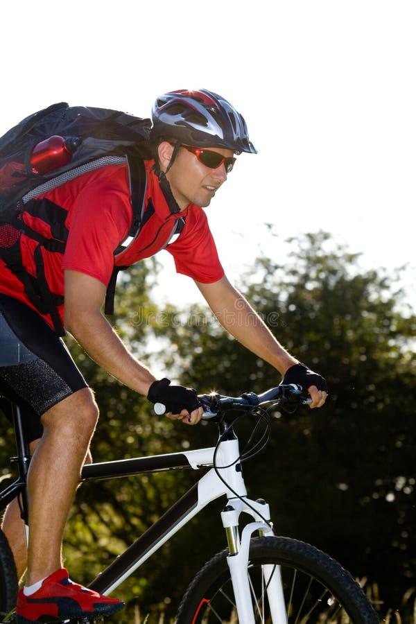 Homme faisant du vélo images libres de droits