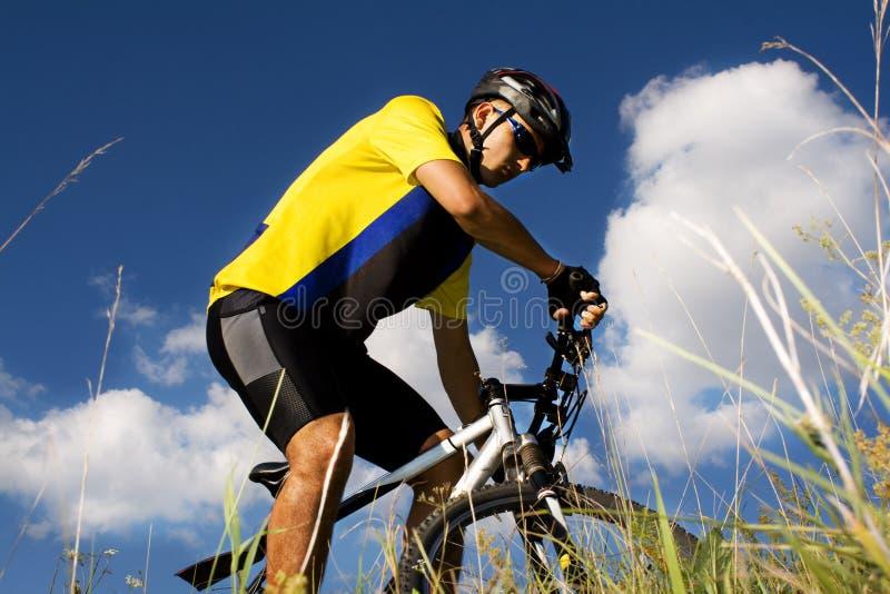 Homme faisant du vélo image stock