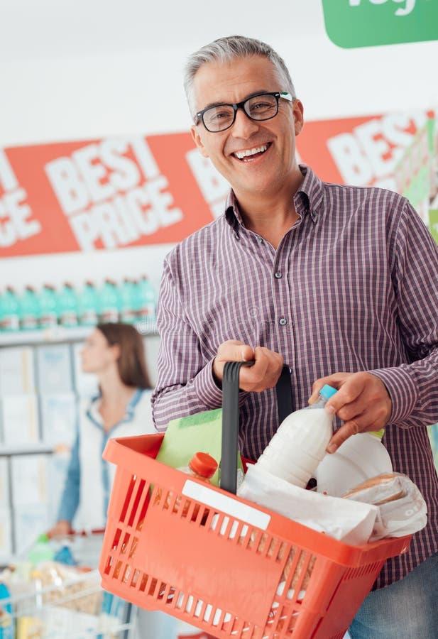 Homme faisant l'épicerie images libres de droits