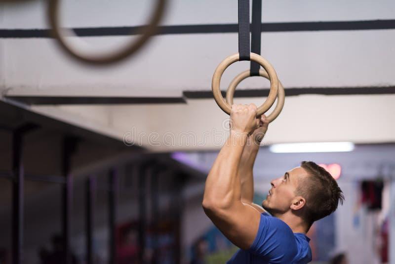 Download Homme Faisant L'exercice De Plongement Image stock - Image du bodybuilder, attrayant: 87703149