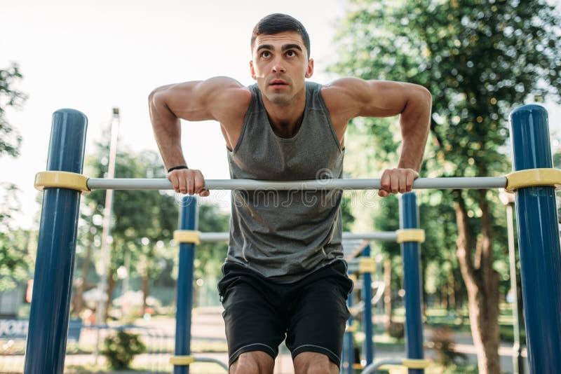 Homme faisant l'exercice sur la barre horizontale extérieure images libres de droits