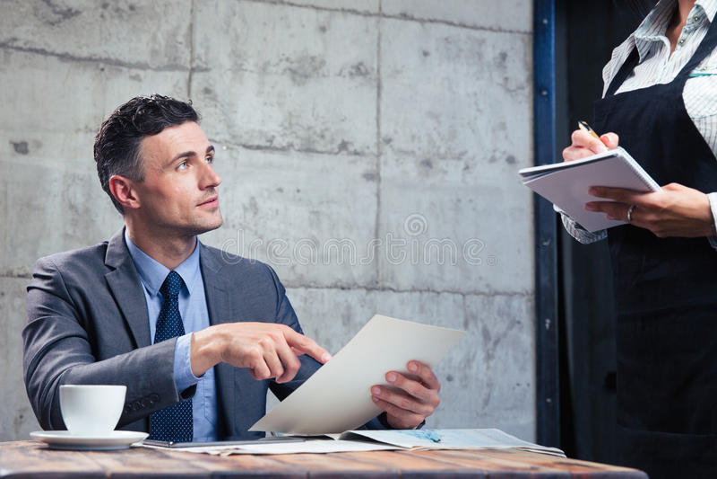 Homme faisant l'ordre au restaurant photo stock