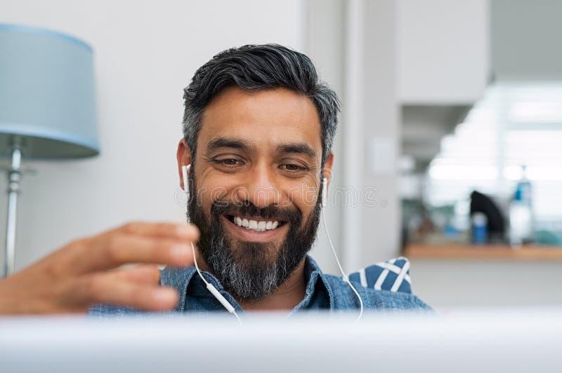 Homme faisant la conversation visuelle image libre de droits