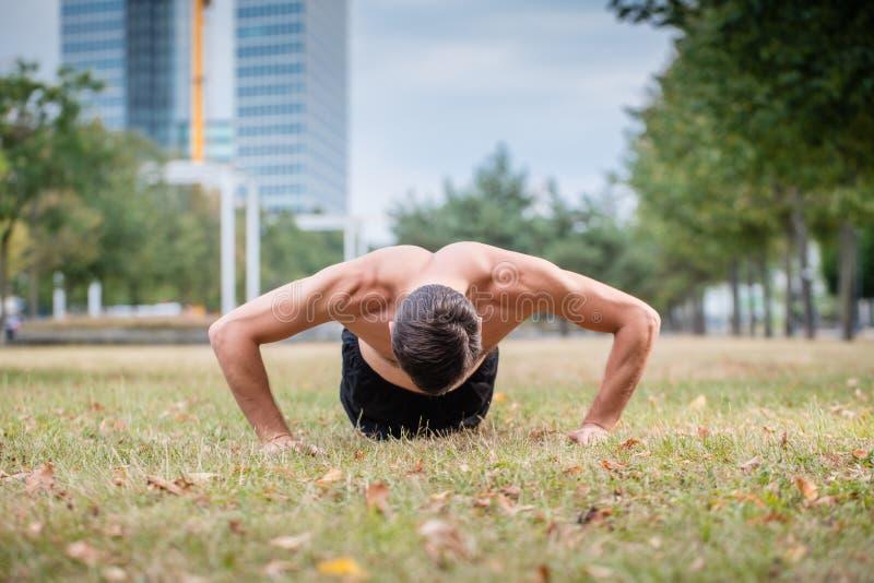Homme faisant la pompe comme sport pour une meilleure forme physique photos libres de droits