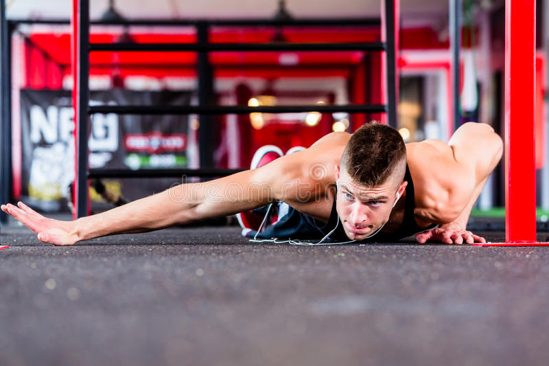 Homme faisant la pompe dans le gymnase de forme physique de sport photos stock