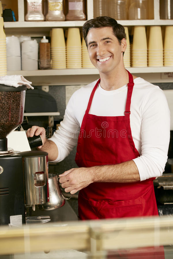 Homme faisant le café dans la boutique image libre de droits