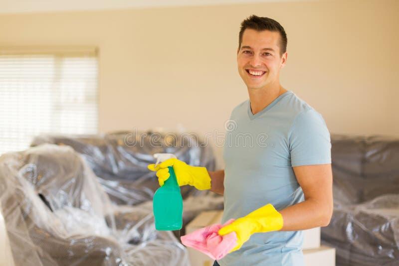 Homme faisant les travaux domestiques photographie stock