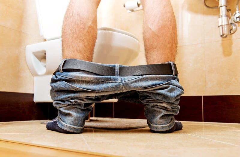 Homme faisant pipi dans la toilette à la maison photos libres de droits