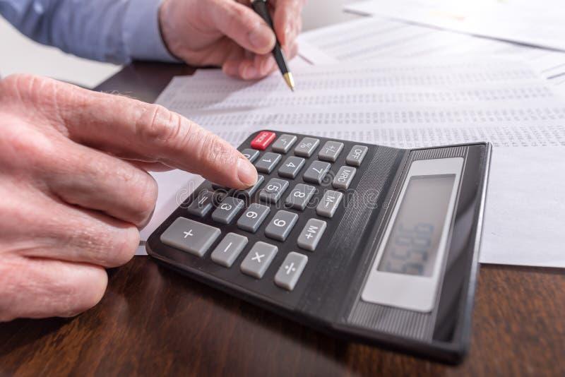 Homme faisant sa comptabilité images stock