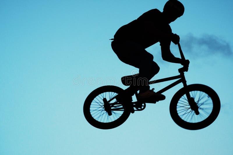 Homme faisant un cascade sur un vélo photo libre de droits