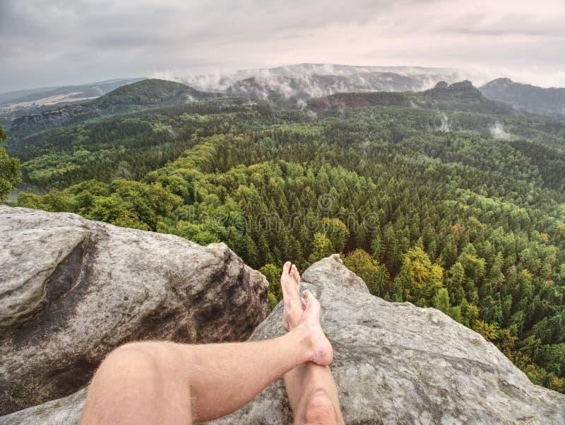 Homme faisant une pause en nature et regardant du sommet vers le bas photographie stock libre de droits