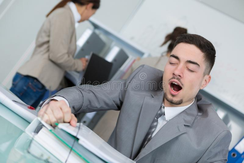 Homme fatigué au travail photographie stock libre de droits