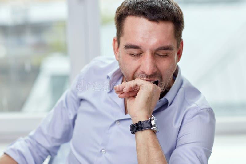 Homme fatigué de baîllement à la maison ou bureau photos stock