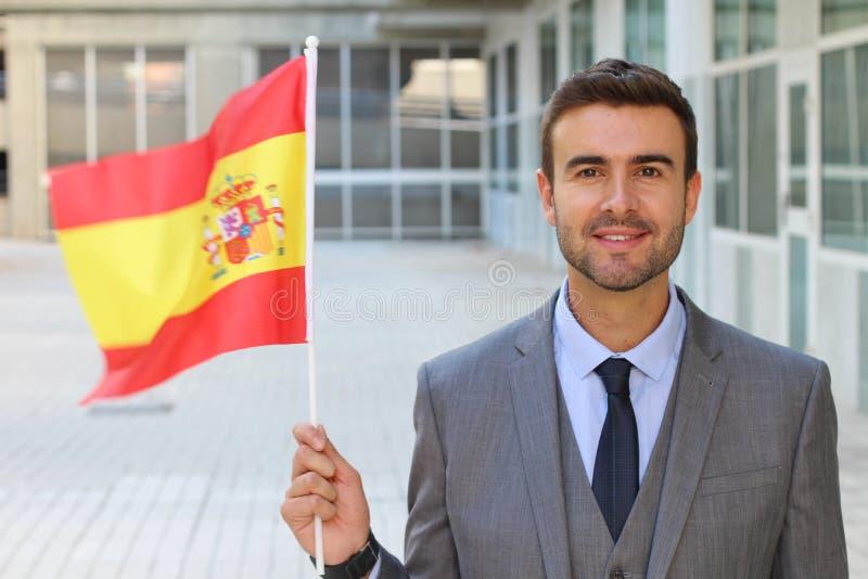 Homme fier ondulant un drapeau avec le copyspace image stock