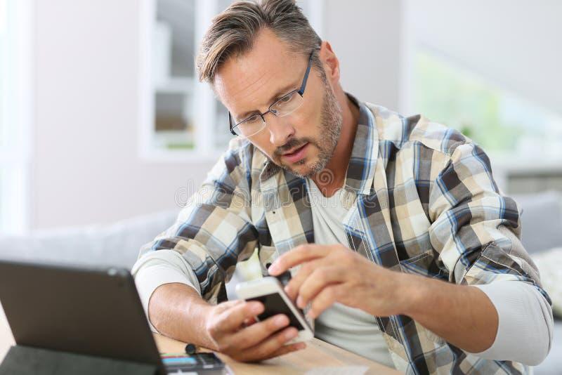Homme fixant le smartphone cassé photos libres de droits