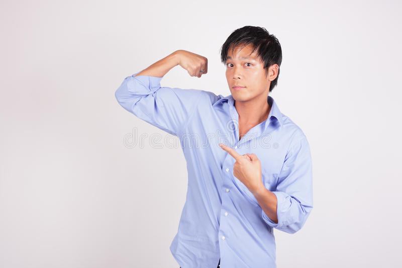 Homme fléchissant son bras photo libre de droits