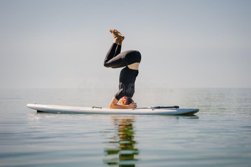 Homme flexible à bord image libre de droits