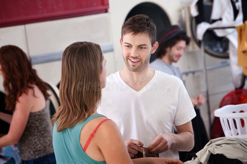 Homme flirtant dans la laverie automatique photo stock
