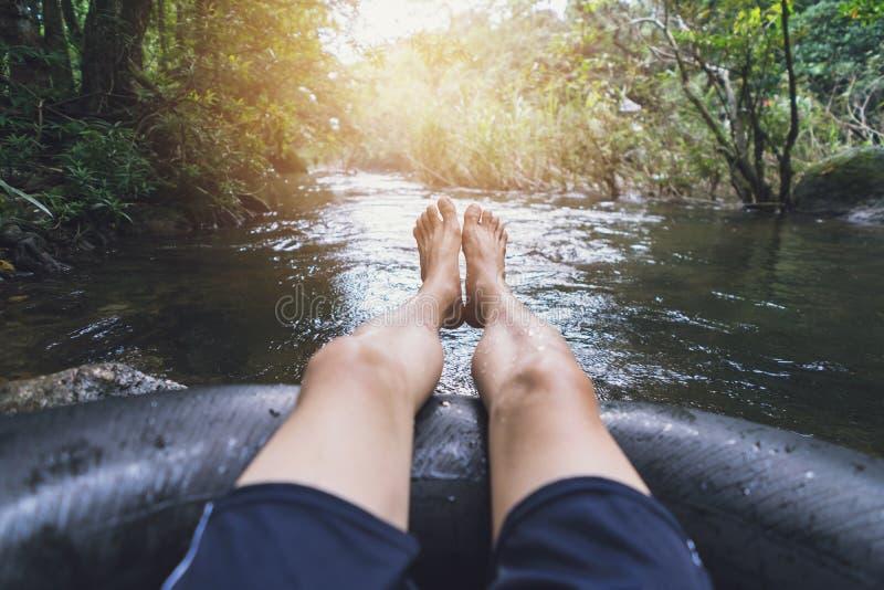 Homme flottant en bas d'un canal image stock