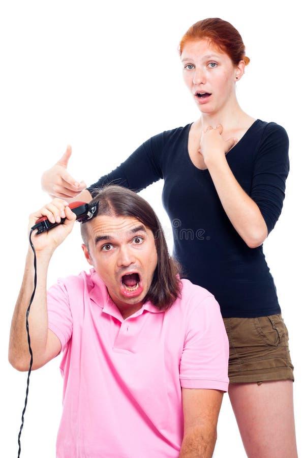 Homme fol rasant sa tête avec le chevêtre de cheveu image libre de droits