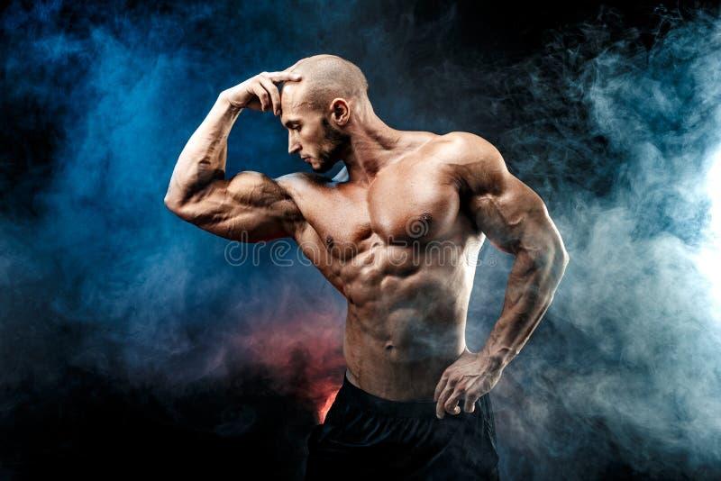Homme fort de bodybuilder avec de l'ABS parfait, épaules, biceps, triceps, coffre photographie stock