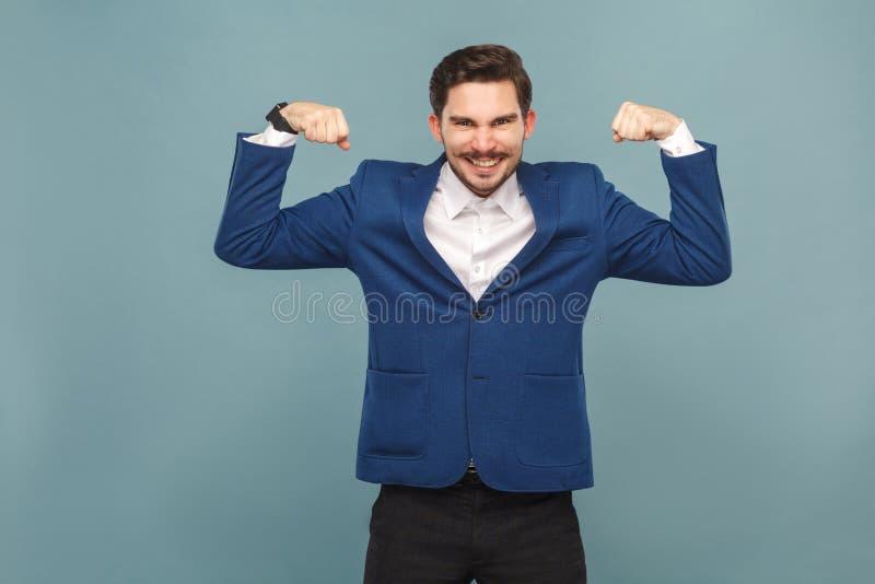 Homme fort de moustache montrant le muscule et le sourire toothy photographie stock