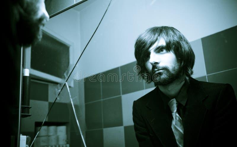 Homme frais dans le miroir criqué photographie stock libre de droits